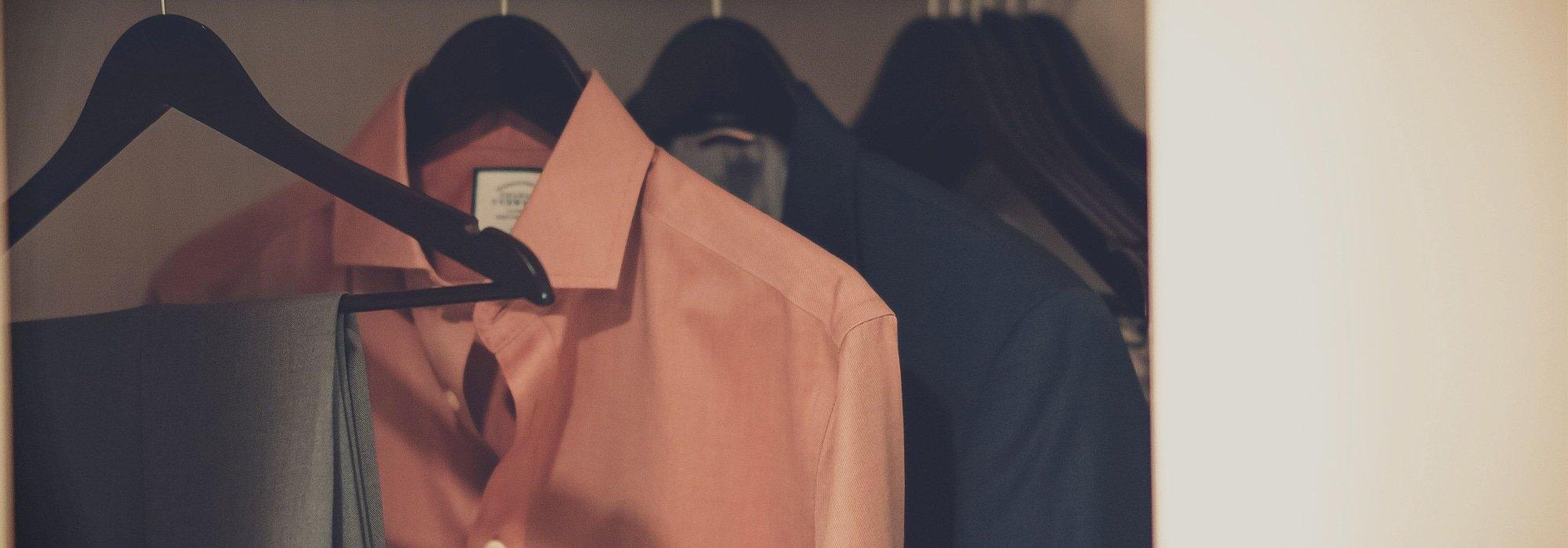 Cómo medir el tamaño de la camisa de un hombre