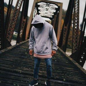 Sudadera gris con capucha para hombre